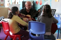 Refugee children taking music lessons in an H4L non-formal education center for refugee children in Beruit © Carmen Andres
